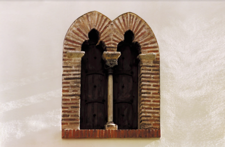 Finestra del Palau Comptal - Oliva