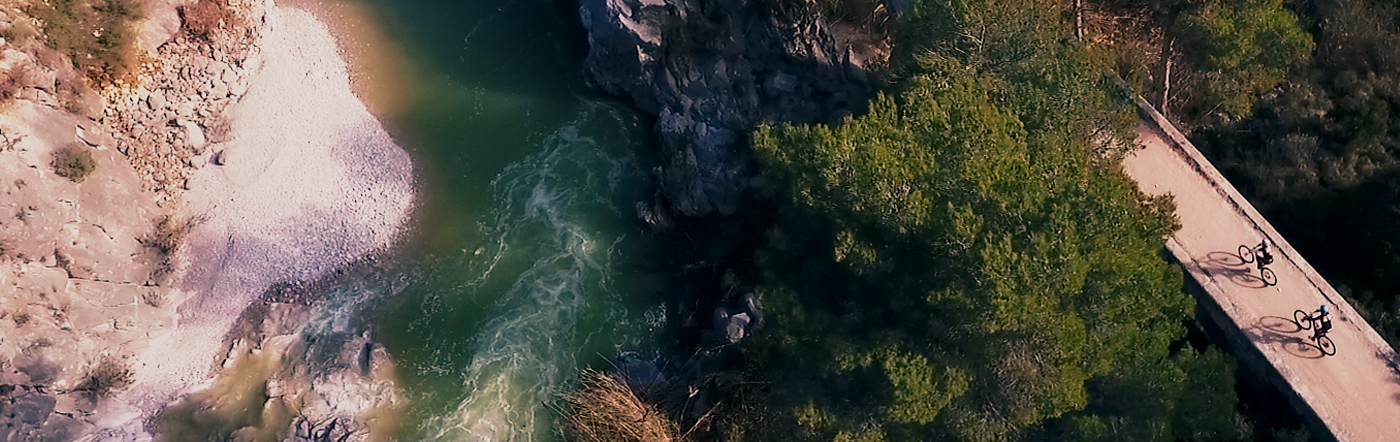 platja natural, riu, pont, dos ciclistes